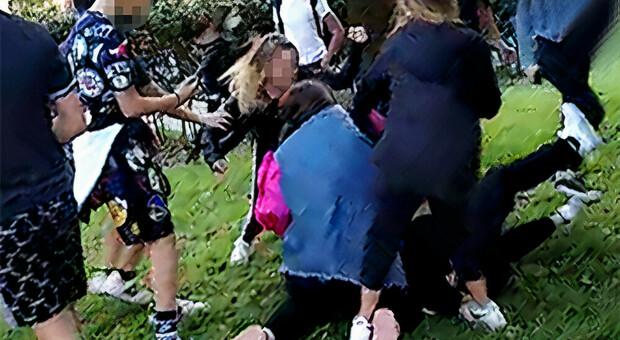 Roma, 12enne disabile picchiata dalle bulle. «Mia figlia pestata per un like su Instagram»