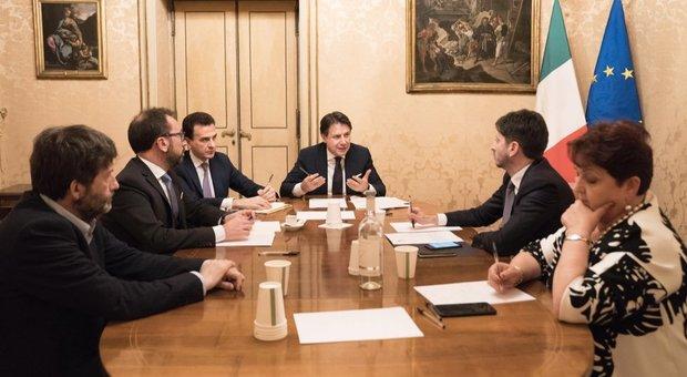 Governo, riunione di maggioranza a Palazzo Chigi. Conte: «Procedere compatti». Ad aprile riforma Irpef