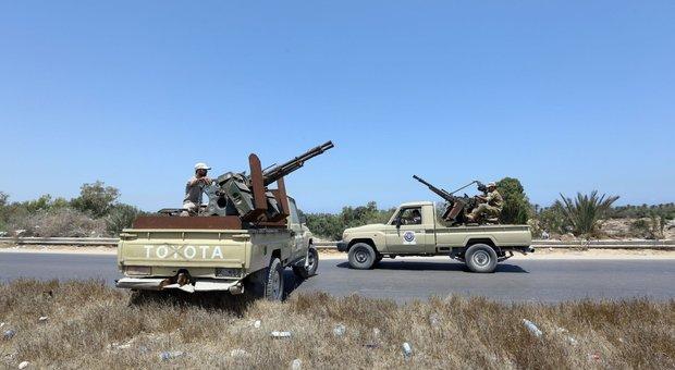 Libia nel caos, stato d'emergenza, ribelli in marcia verso Tripoli: evacuata la sede dell'ambasciata italiana