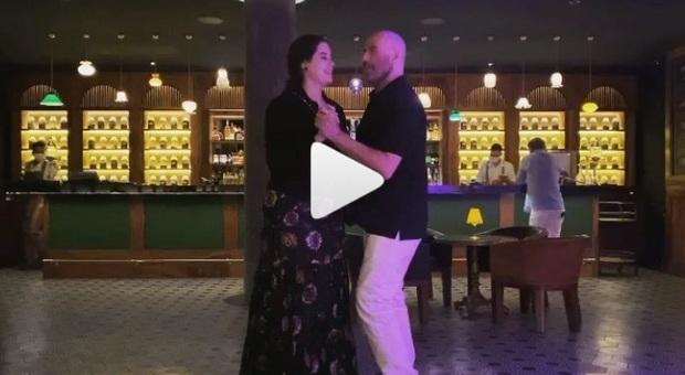 John Travolta balla con la figlia Ella. Il primo post dopo la morte della moglie: «Era la cosa preferita di Kelly»