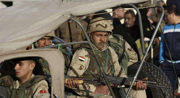 Libia, l'Egitto bombarda basi Isis. Il premier libico al-Thani: «Intervenire o arriveranno in Italia»
