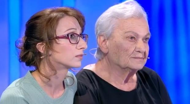 C E Posta Per Te Figlio Chiude La Busta In Faccia Alla Madre Di 88 Anni Lei Lo Insulta Davanti A Tutti La Reazione E Virale