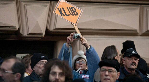 Klubradio chiusa, l'Ue si appella a Budapest: «Motivazioni discutibili». E la redazione si sposta online