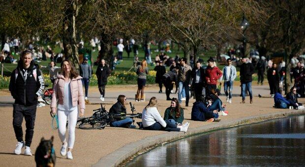 Covid, il Belgio riapre: dieci persone possono vedersi all'aperto. Ripartono anche i viaggi