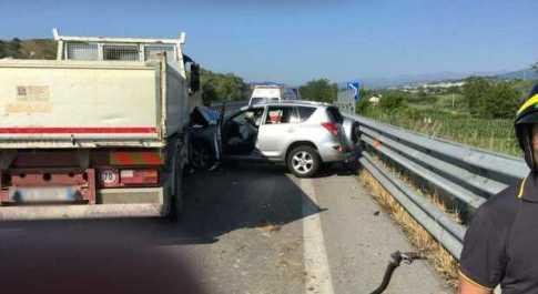 Schianto tra camion e Suv in superstrada: feriti nonni e nipote di 15 anni
