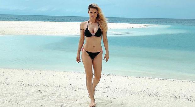 Michelle Hunziker, bikini da urlo alle Maldive. Bufera social: «È scappata dal coronavirus»