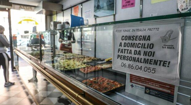 Covid a Roma, i camerieri diventano rider: «Così evitiamo i licenziamenti»