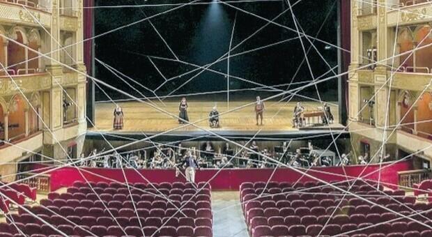 Opera, Roma sfida il vuoto in platea: stupisce il film live del Barbiere (senza spettatori) firmato Martone