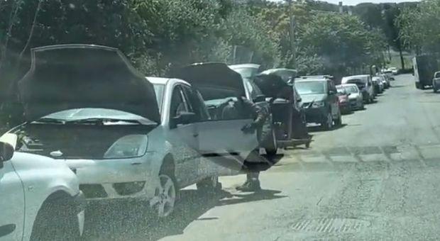Roma, nella strada chiusa per i rifiuti spunta l'officina abusiva degli stranieri