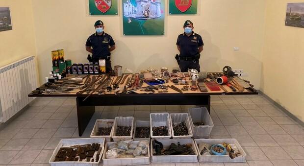 Latina, arrestato per detenzione di armi e munizioni, nell'arsenale anche un cannone da guerra