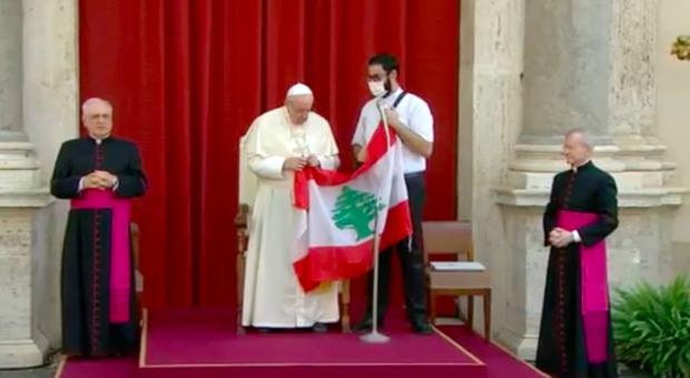 Papa Francesco accanto alla bandiera del Libano annuncia l'invio del cardinale Parolin a Beirut