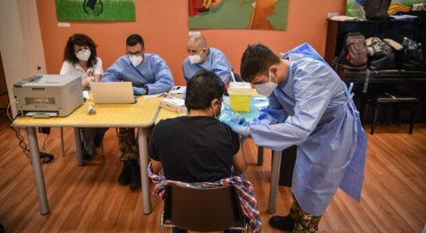 AstraZeneca, la Lombardia sospende la seconda dose con vaccino diverso per under 60