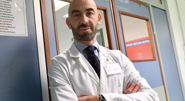 Coronavirus, l'infettivologo Bassetti: «I ricoveri aumentano, ma i casi sono meno gravi. Decisivo l'autunno»