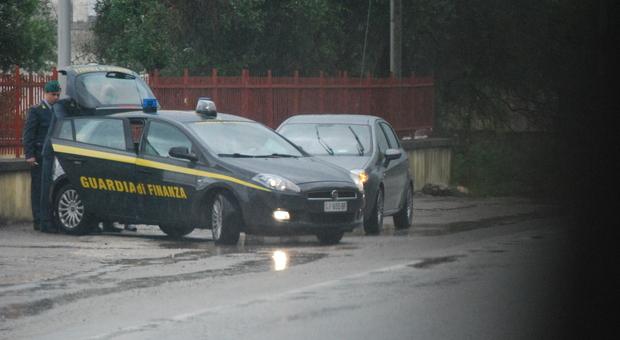 Sparatoria tra rapinatori e finanzieri: ferito un malvivente romeno, caccia ai complici fuggiti nel bosco