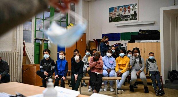 Parigi, la sindaca Hidalgo chiede la chiusura delle scuole: boom di casi nella fascia d'età 15-19 anni