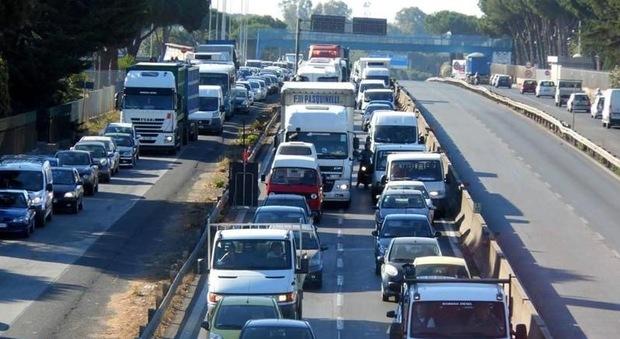Auto si schianta contro lo spartitraffico in via Ostiense: traffico bloccato per due ore