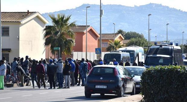 Coronavirus, Viminale: migranti restino nei centri anche se irregolari
