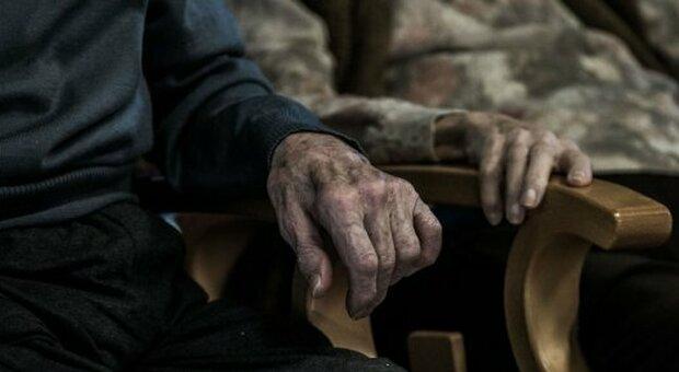 Coppia contagiata dal Covid isolata in casa a Terni: lei muore, lui bloccato nel letto non riesce a chiedere aiuto