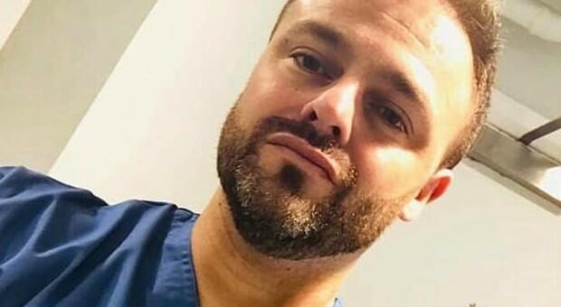 Vaccino, infermiere positivo tra la prima e la seconda dose: «Hanno aspettato un mese, così ho preso il virus»
