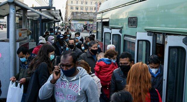Roma, autobus, distanziamento farsa: a bordo nessuno controlla
