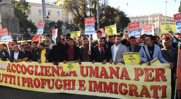Manifestazione contro il razzismo e il decreto Salvini, in migliaia sfilano a Roma