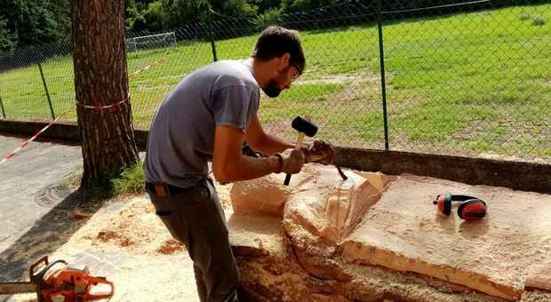 Dal pino caduto prende vita la statua di San Valentino L'opera di Andrea Gandini