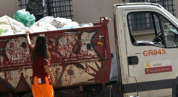 Montesacro, distrutti quattro mezzi Ama nella notte. Sul raid dei vandali indaga la polizia