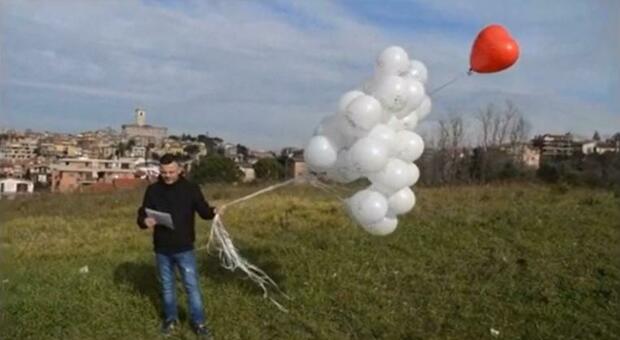 Rigopiano, l'idea di Giampaolo rimasto vedovo nel 2017: una poesia e un palloncino a cuore per ricordare la moglie