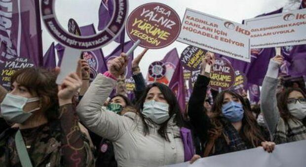 Violenza, in Turchia parte la protesta dai balconi contro la decisione di rititarsi dalla Convenzione di Istanbul