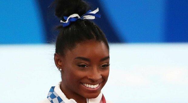 Olimpiadi, Simone Biles vince il bronzo nella finale della trave: la ripresa della ginnasta statunitense