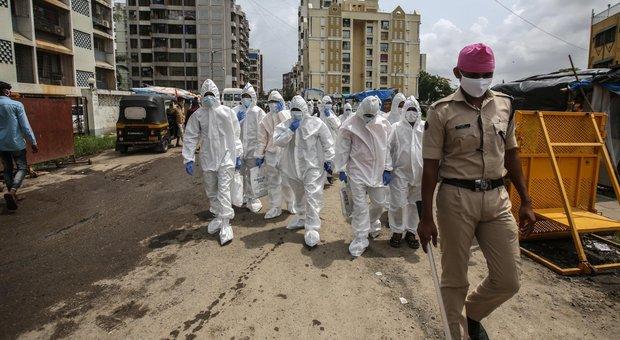 Coronavirus, allarme focolai. Pregliasco: «In Italia fase endemica, rischi da casi importati»