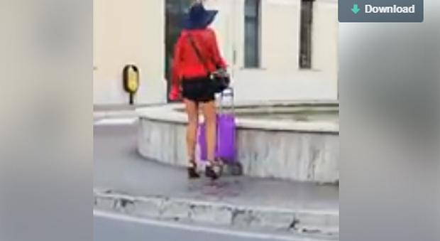 Orvieto. Ha caldo, si rinfresca nella fontana della stazione ferroviaria. E il video diventa virale