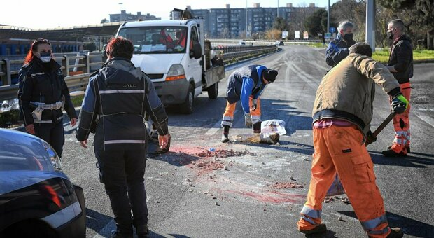 Roma, ghiaccio sulla strada: morto 38enne caduto in scooter sulla Tiburtina