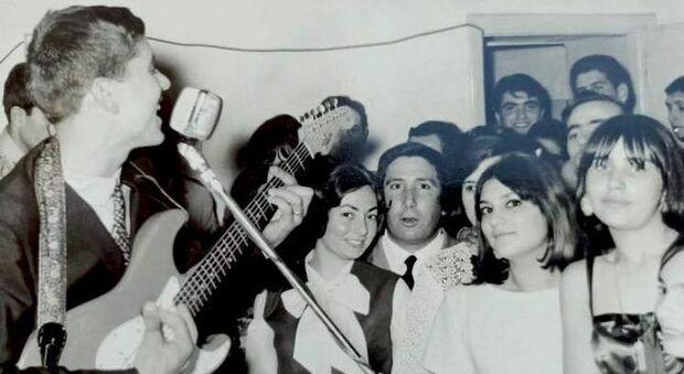 L'appello di Gianni Morandi ai fan: «Qualcuno si riconosce in questa foto?»