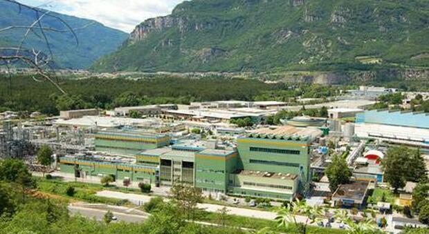 Allarme chimico in Trentino, fuga di sostanza anti batterica da azienda farmaceutica: popolazione chiusa in casa
