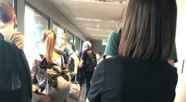 i turisti romani bloccati nel finger di Malpensa, prima che gli comunicassero la cancellazione del volo per l'Islanda