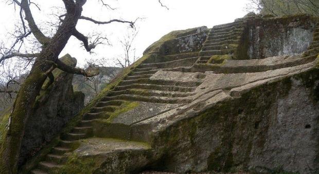 Misteriosa piramide etrusca a Bomarzo: è nascosta da secoli nei boschi della Tuscia