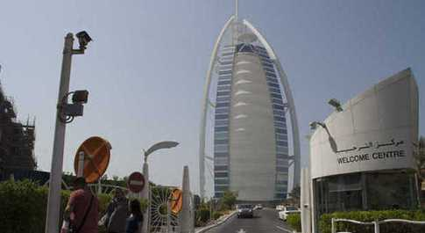 Dubai, bloccati 500 giovani per alcuni positivi: la vacanza premio diventa un incubo
