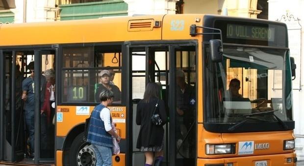 Incinta e con le doglie sale sul bus per andare all'ospedale senza biglietto: controllore la fa scendere