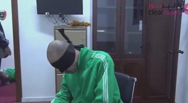 Un fermo immagine del video che mostra le torture al figlio di Gheddafi