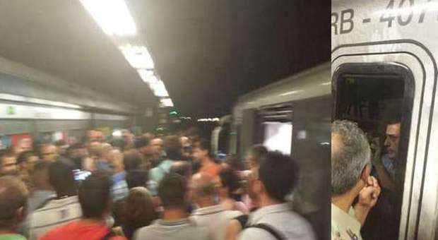 Roma, treno della metro B bloccato a Tiburtina da un'ora: il macchinista si barrica e chiama l'esercito per difendersi dal linciaggio