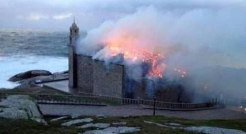 Maltempo, fumine colpisce il santuario di Muxia: incendio distrugge il simbolo del cammino di Santiago di Compostela
