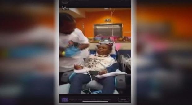 Bimba di 7 anni folgorata in un resort vacanze. «Colpa di un corrimano difettoso». Resterà invalida