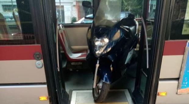 Roma, l'autista con lo scooter sul bus: «Mi serviva per tornare a casa»