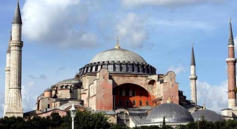 Turchia, la disfida di Santa Sofia: dopo 567 anni viene recitato il Corano. La protesta di Atene: «Basilica ortodossa trasformata in museo»