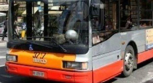 Adolescenti che hanno sesso su un autobus