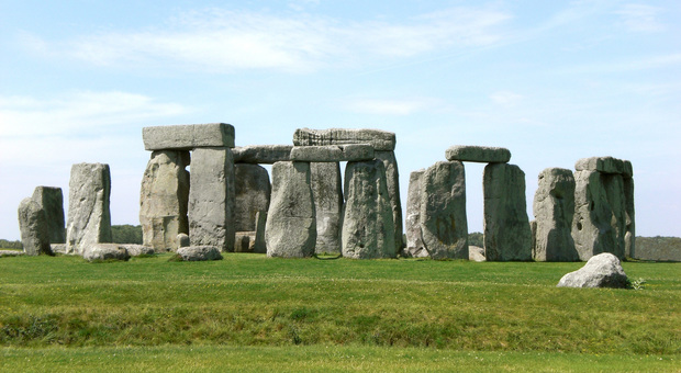 Mette dei massi in cerchio come a Stonehenge e beffa tutti, oggi rivela: «L'ho fatto io negli anni Novanta»