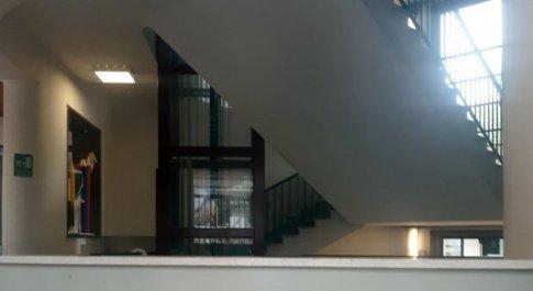 Bimbo caduto dalle scale a Milano, indagate bidella e 2 maestre: omessa vigilanza, omicidio colposo