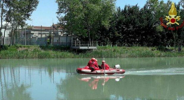 Verona, canoa con 2 persone si rovescia: uomo si tuffa per salvarle, ma una è morta e l'altra è in gravi condizioni