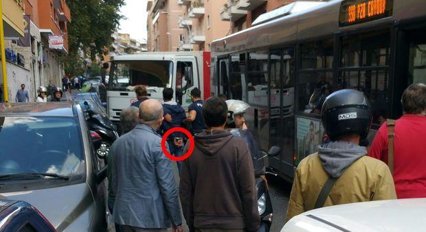 Roma, «Voglio salire sul bus»: immigrato aggredisce passeggeri e autista